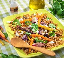 Sałatka z farro, pieczoną marchwią, pistacjami i rukolą