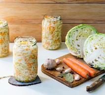 Kiszona młoda kapusta z marchewką: przepis na surówkę ze słoika