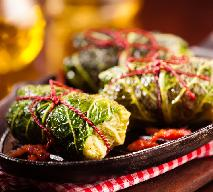 Gołąbki z mięsem i orzechami w liściach włoskiej kapsty