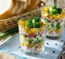 Imprezowa sałatka z paluszków krabowych surimi z ogórkiem i kukurydzą