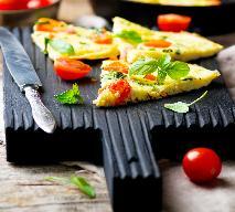 Frittata a la caprese z mozzarellą, pomidorami i bazylią: pomysł na pyszne śniadanie