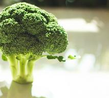 Sałatka z brokułów: przepis na lekką i sycącą zimową przekąskę z oliwkami i parmezanem