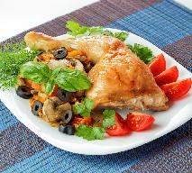Udka kurczaka z oliwkami i sosem pomidorowym [przepis na dietetyczny obiad z piekarnika]