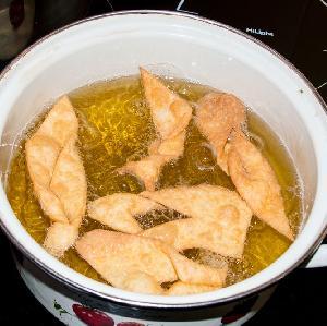 Faworki: przepis na tradycyjny chrust na tłusty czwartek