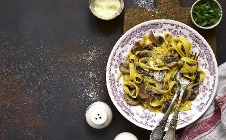 Sos grzybowy: przepis na sos z suszonych grzybów ze śmietaną