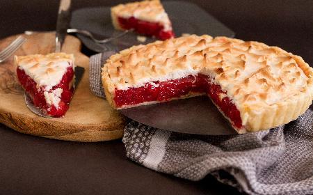 Tarta z czereśniami i bezą: przepis na pyszne ciasto