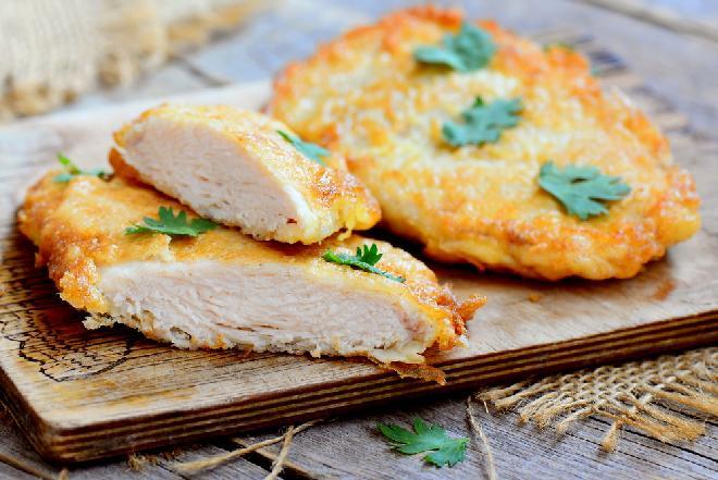Drobiowe kotlety w 10 minut: przepis na soczystą pierś kurczaka