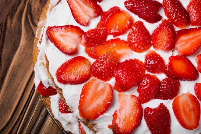 Tort truskawkowo-śmietanowy [na komunię i nie tylko]