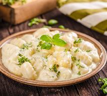 Gotowe gnocchi zapiekane w kremowym sosie serowym: szybko, pysznie i do syta