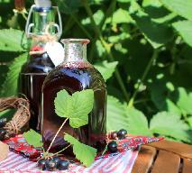 Najlepszy syrop z czarnej porzeczki z sokownika: idealny do herbat, zimnych napoi i koktajli