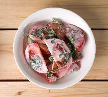 Pomidory ze śmietaną: śmiesznie łatwa sałatka pomidorowa do wszystkiego