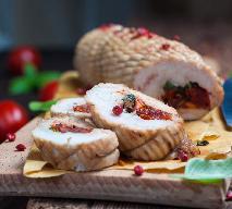 Rolada z piersi indyka nadziewana suszonymi pomidorami i bazylią
