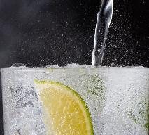 Jak zrobić wodę sodową i napoje gazowane w kuchni: syfon, domowy saturator, czy metoda chałupnicza