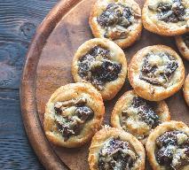 Mini pizze z grzybami: drożdżowe tartaletki z grzybami i serem