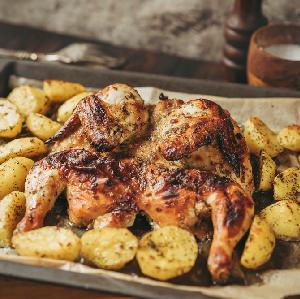 Złocisty kurczak pieczony na płasko z ziemniakami: cały obiad z 1 blachy