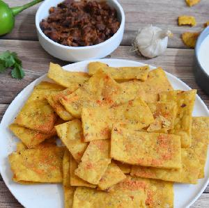 Domowe czipsy kukurydziane z serem - jak samodzielnie zrobić nachos?
