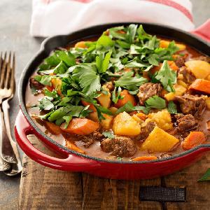 Piwny gulasz wieprzowy z ziemniakami i marchewką