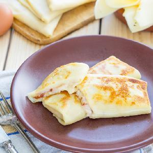Koperty naleśnikowe z serem i szynką: łatwy przepis jak zrobić naleśniki na słono