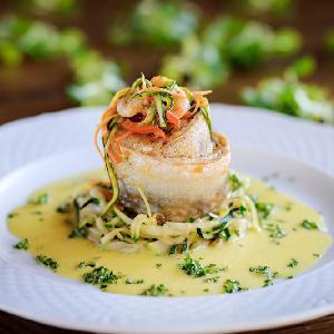 Filety z flądry w maślanym sosie z młodą kapustą - pomysł na rybne danie obiadowe