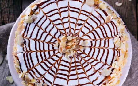 Tort Esterházy: węgierski deser bezowy z kremem maślanym