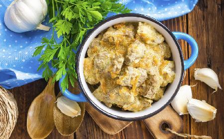 Idealna wątróbka drobiowa duszona w sosie: pyszny sposób na tani obiad