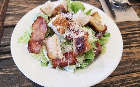 Zielona sałata z boczkiem - świetny dodatek do obiadu lub samodzielna przekąska