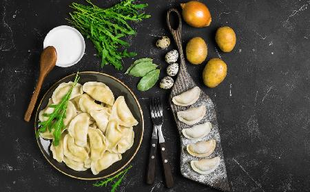 Delikatne pierogi z ziemniakami, serkiem topionym i cebulą - niedrogo i pysznie