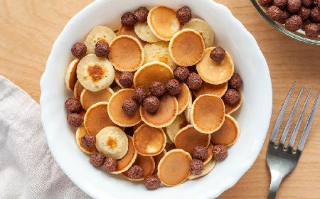 Mini naleśniki zamiast płatków śniadaniowych: przepis na trendy śniadanie