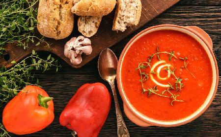 Rozgrzewająca zupa z pieczonych warzyw: idealna do kubka