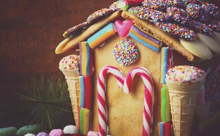 Domek z piernika ozdabiany słodyczami [WIDEO]