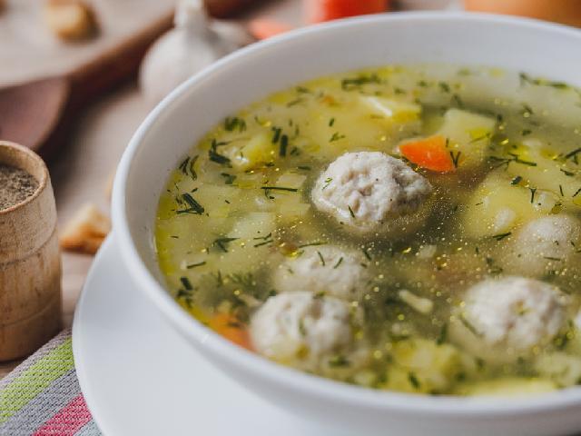 Koperkowa z klopsikami: przepis na zupę z frykadelkami drobiowymi