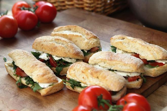 Zapiekanki z mozzarellą i estragonem: przepis na śniadanie lub szybką przekąskę