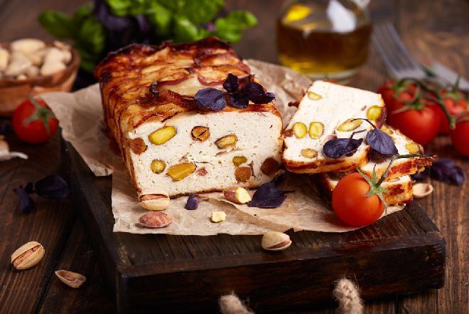 Pieczeń rzymska z filetu drobiowego i mortadeli z pistacjami: łatwy przepis na domową wędlinę