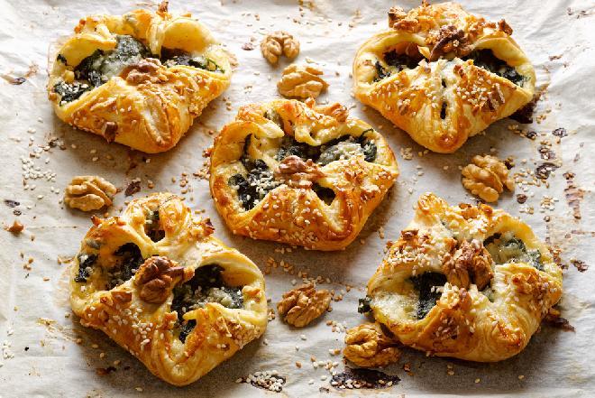 Koperty z ciasta francuskiego ze szpinakiem: przepis na pyszną przekąskę