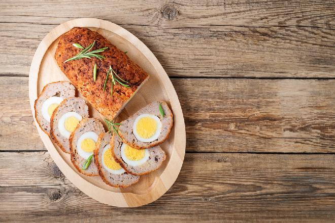 Pieczeń rzymska z jajkiem w sosie chrzanowym [WIDEO]